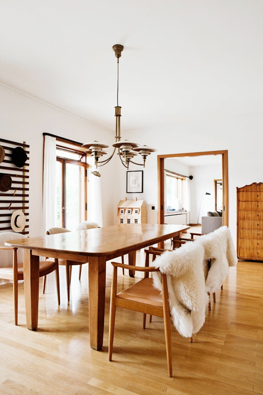 STIL SOM HODLER KOKEN: Spisestuen har lenge vært det mest brukte rommet i huset. Her er plass til middager, lek, lekser og samvær. Spisestolene er The Chair, tegnet av Hans J Wegner i 1949. Spisebordet er tegnet av P.V. Engelhardt. Lysekronen er tegnet av Poul Henningsen. Garderobeveggen er tegnet av Jules Wabbes.