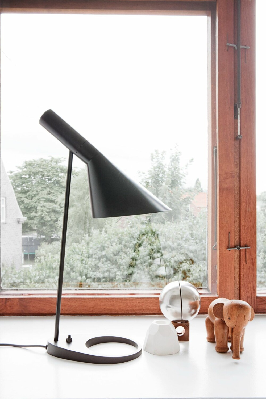 DANSKE IKONER: Arne Jacobsen bordlampe, Kaj Bojesen elefant og keramikk fra Anne Jørgensen. Sparebøssen er fra Ørskov.