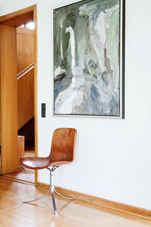 HØRER HJEMME HER: Stolen er tegner av Poul Kjærholm og heter PK 9. Det originale læret har en patina og lød som gagner hele rommet. Maleriet er av Per Kirkeby.