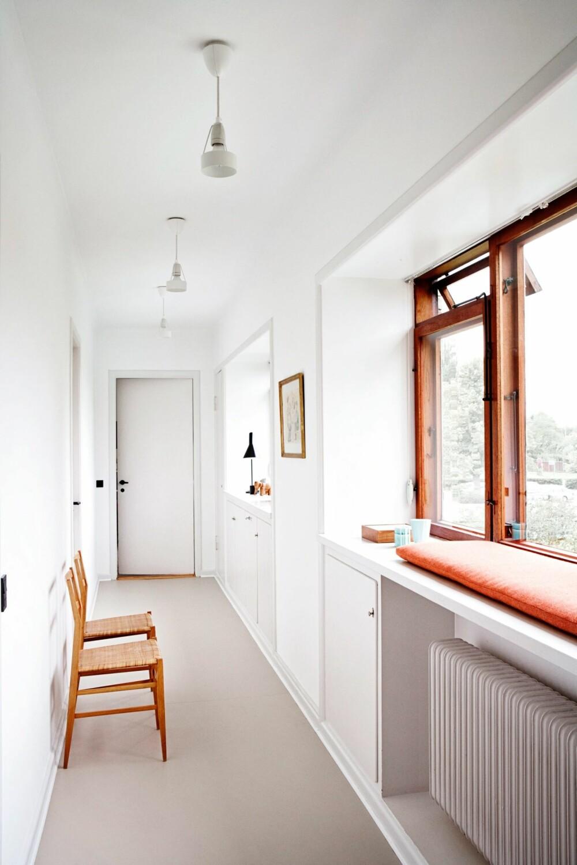 LANG OG LEKKER: Korridoren i andre etasje forbinder alle soverommene sammen. Men gangen er mer enn en passasje; karmene er så dype at de fungerer som sitteplasser.