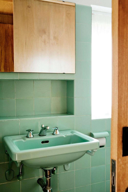 TÅLT TIDENS TANN: Også toalettets grønne innredning er originalt.
