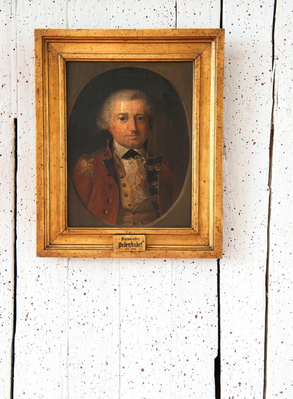 DEN FØRSTE PRESIDENTEN: Portrettet av forsamlingens første president, Peder Anker, er ett av mange som gjør sitt for å dekke de grove plankeveggene. Stenkdekoren skulle skape en illusjon av mur. De små prikkene ble skvettet på veggen med bjerkeris dyppet i gråblå og rødbrun maling, og var trolig intakt frem til 1864.