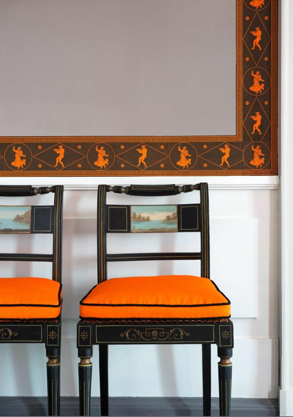 SPISESTUEN: Dette tapetet er basert på funn i rommet. Borden er rekonstruert av kunstneren Arild Yttri. De svartlakkerte, enkle stolene er fra Danmark, ca. 1795. Fargene i huset er overraskende sterke, og kombinasjonene av farger og ulike mønstre overgår enhver forestilling og fantasi om hva som var vanlig for to hundre år siden.