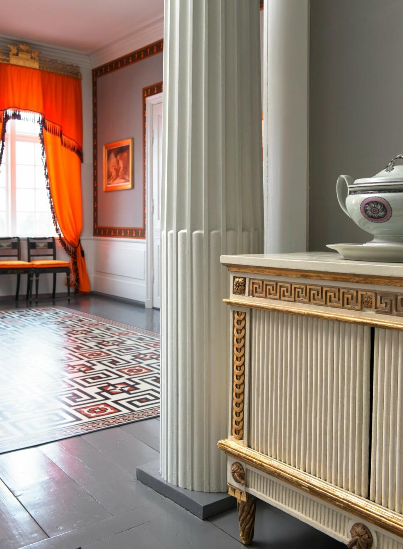SPARSOMMELIG MØBLERT: Skjenken er et av ytterst få møbler som sto i huset våren 1814 og er tilbakeført.