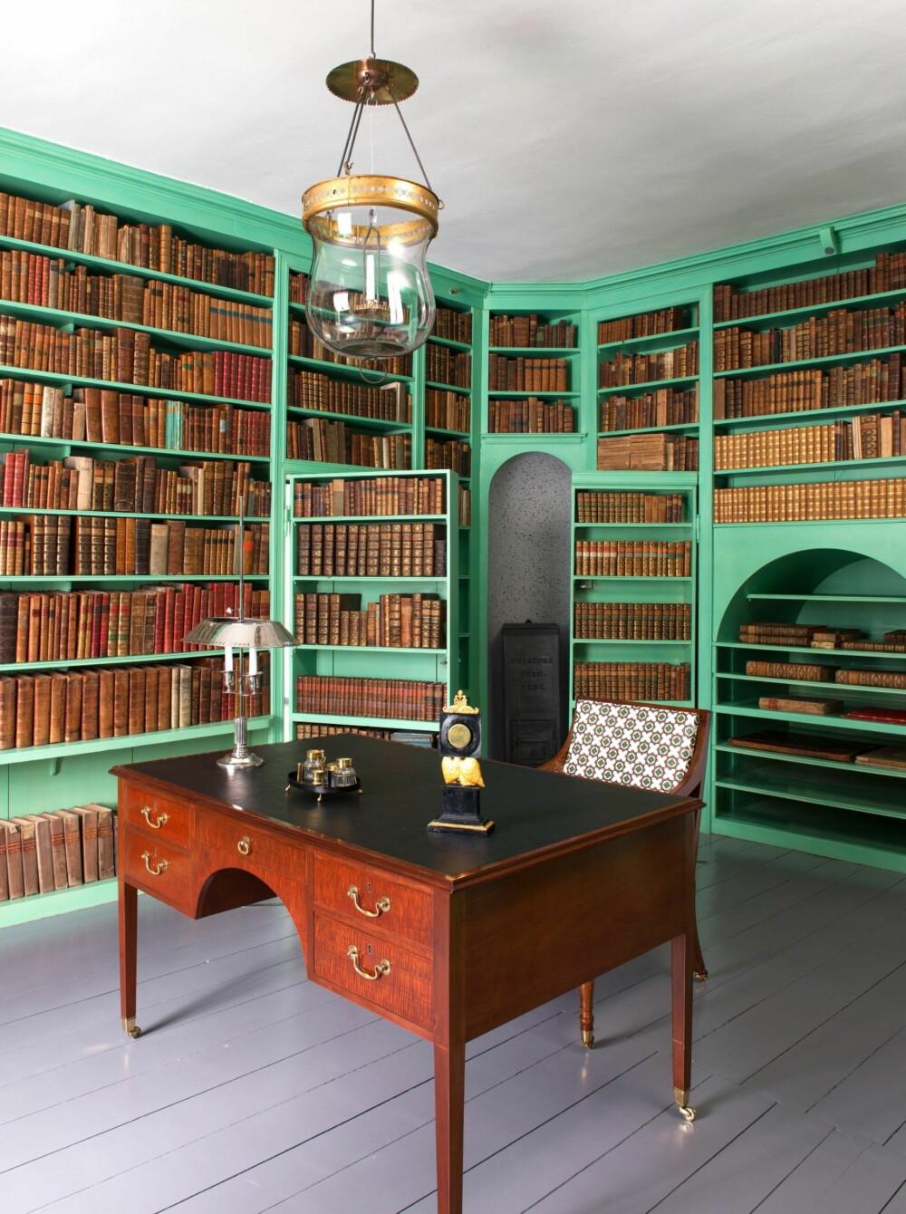 BIBLIOTEKET: I biblioteket med de mange lønndørene hadde Carsten Anker en boksamling på 5000 bind. Den grønne fargen er laget slik som i 1814, med kobberpigment.