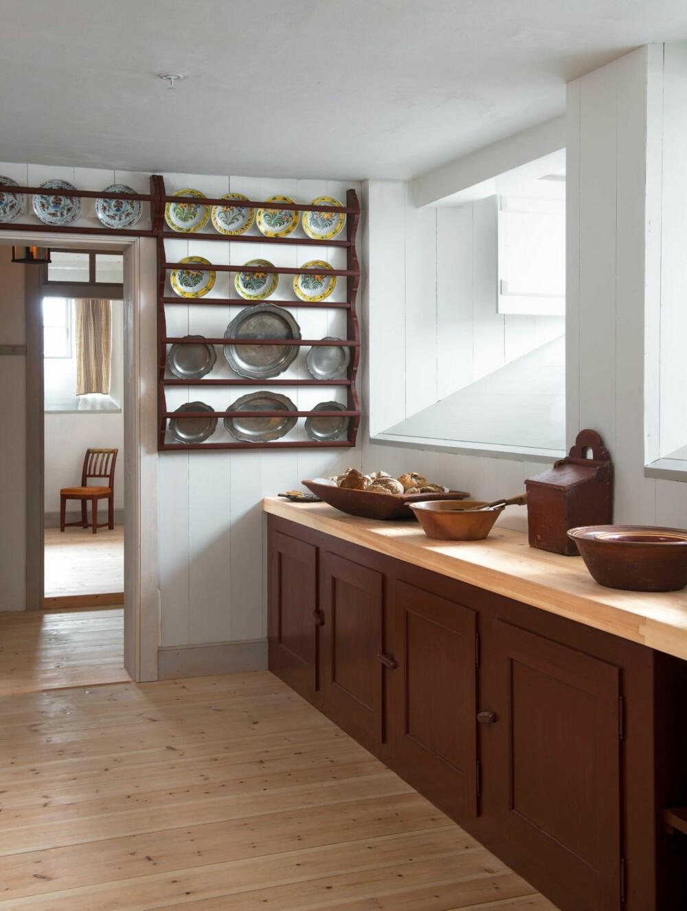 KJØKKENET: Kjøkkenbenkens inndeling er inspirert av benken på gården Brekke ved Skien, og skapdørene er kopier av dem som fantes på Frogner hovedgård i samme periode.