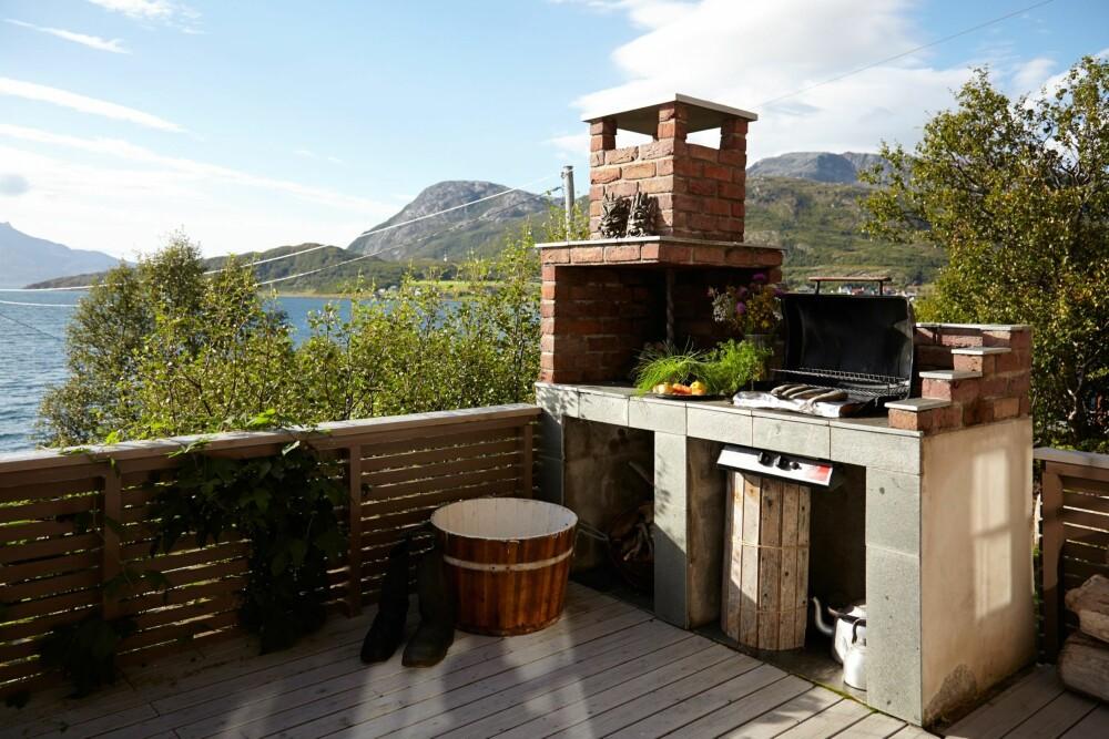 MAT I DET FRI: På utekjøkkenet kan det grilles det rykende fersk ørret fra fjorden.