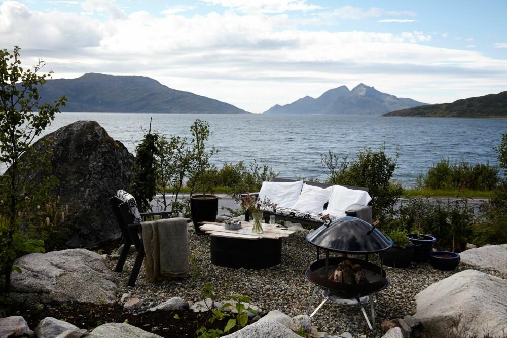 SJØNÆRT: Skulsfjorden rett over veien danner et vakkert bakteppe for uteplassene på hytta. Her fyrer de opp bålet og koser seg med kaffekoppen til sola går ned bak fjellene.
