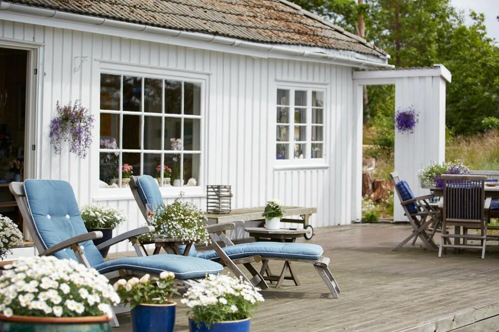 KLASSISK: Den romslige terrassen, som ligger rett ut fra stuen, innbyr til late sommerdager.