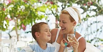 KOSESTUND: Om sommeren blir vi gjerne litt mer løsslupne og det må være lov å kose seg. Men hvor går grensen for hvor mye alkohol du kan drikke i samvær med barna dine?