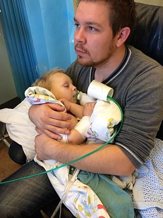 PÅ SYKEHUSET: Pappa Halvard med Fillip på sykehuset. De første to årene av livet måtte han på sykehus hver gang han hadde feber, i snitt annenhver uke og noen ganger hver uke.