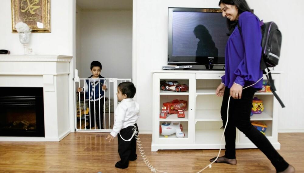 TO SKRITT FORAN: Det går en lang ledning fra mammas ryggsekk til lille Sirajs magesekk. Storebror Mahi (3) er blitt vant til begrenset oppmerksomhet fra foreldrene.