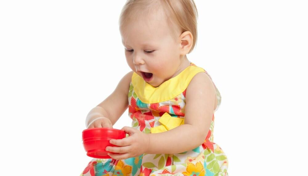 UTFORSKER VERDEN: Det er et bra tegn at barna viser interesse for omgivelsene sine.