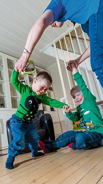 LÆRER Å GÅ: Foreldre til barn med Downs syndrom må belage seg på å vente lenger enn andre på at barnet skal nå viktige milepæler i utviklingen. Som å lære å gå. - Når man har ventet så lenge, blir man ekstra glad når det endelig skjer, sier mamma Linn Østbøll.