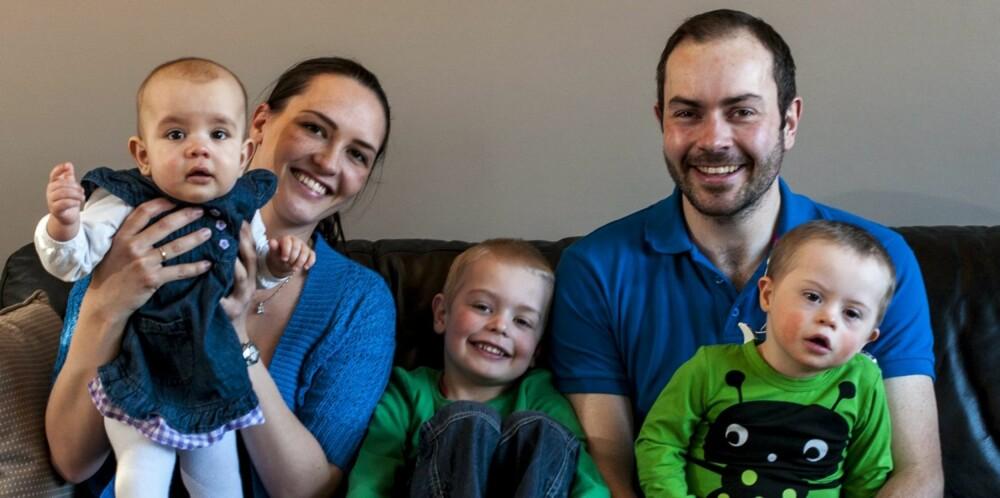 TRAVEL FAMILIE: Mamma og pappa Østbøll ble anbefalt å få et nytt barn ganske raskt etter at de fikk Lauritz. Ikke minst av hensyn til storebror Oliver, slik at han skulle få et søsken å dele utfordringene med . På bildet er Lilly 10 måneder.
