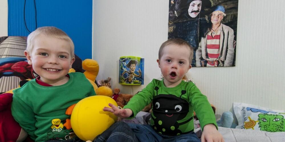 PÅ GUTTEROMMET: Oliver og Lauritz sitter og skråler på gutterommet. Kommunikasjonen med Lauritz foregår med en blanding av tegn og tale.