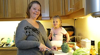 RIKTIG MAT: Anna er opptatt av at hele familien skal spise sunt, og Sara (2) er ofte med og lager mat.