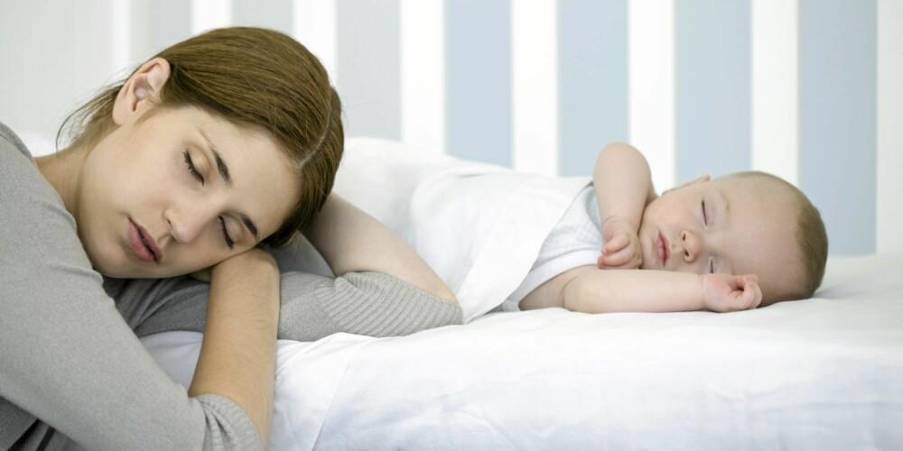 SOVER: Det kan være lurt å lære barnet å sovne i sin egen seng.