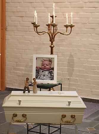 BLE BARE TO MÅNEDER: Sally klarte ikke se så mye på bildet av Samuel eller den lille kista, det ble for brutalt.