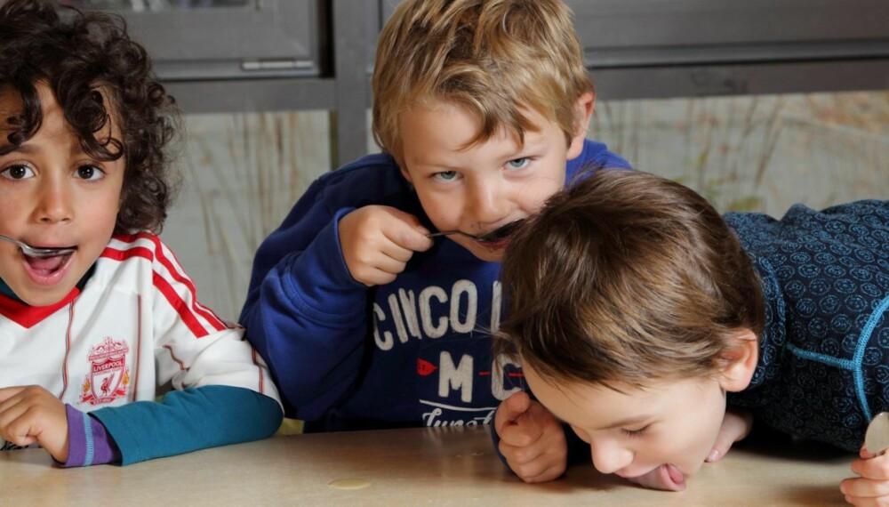 MMMM TRAN: Lucas (4), Mats (5) og Lucas (5) i Eventyrstua barnehage elsker tran! Men ikke alle barn er like begeistret som dem...