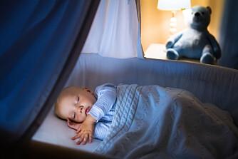 FÅ BABY TIL Å SOVE: Når burde egentlig babyen sove hele natten, og hvordan går du frem? Foto: Gettyimages.com.