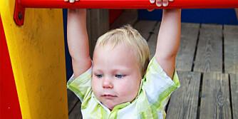 FØLGER IKKE MED: Mens mor og far sjekker Facebook og poster Instagrambilder, faller småen ned og slår seg.