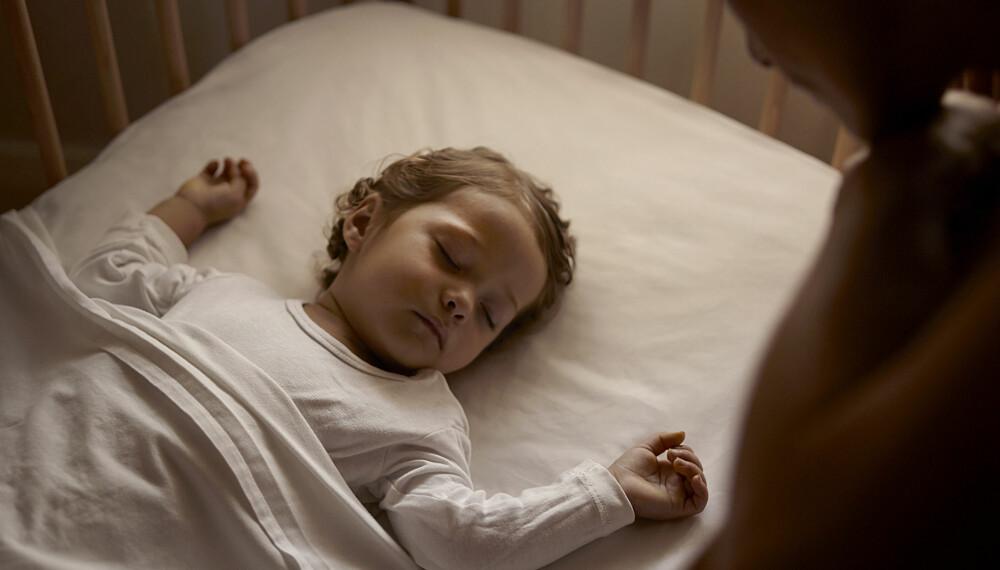 MOR ER VÅKEN: Det er faktisk hjernen din som gjør at du våkner når barnet ditt er urolig om natten, mens barnets pappa bare snorker videre.