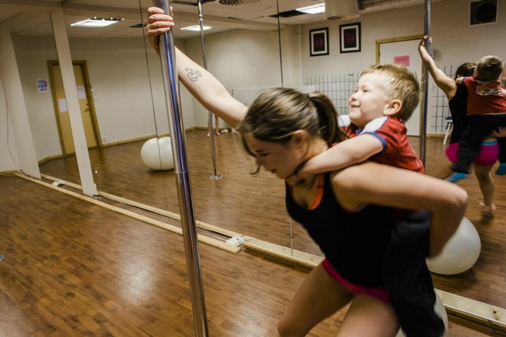 TID TIL LEK OGSÅ: Mor og barn leker sammen på studioet.