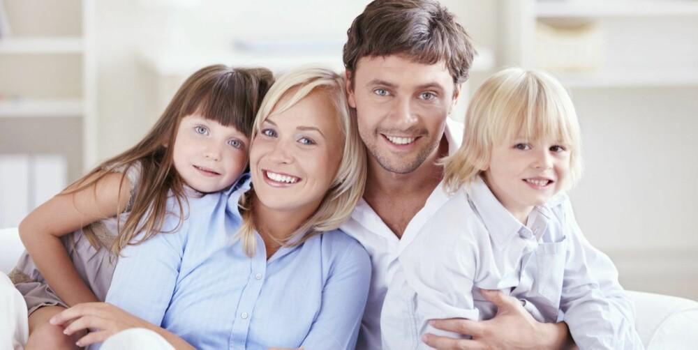 """KJERNEFAMILIE: To voksne og to barn er en veldig praktisk ordning - spesielt i forhold til feriereiser og innkjøp av bil. De voksne kan """"ta et barn hver"""" når det kommer til leggetid, fritidsaktiviter og trassanfall."""