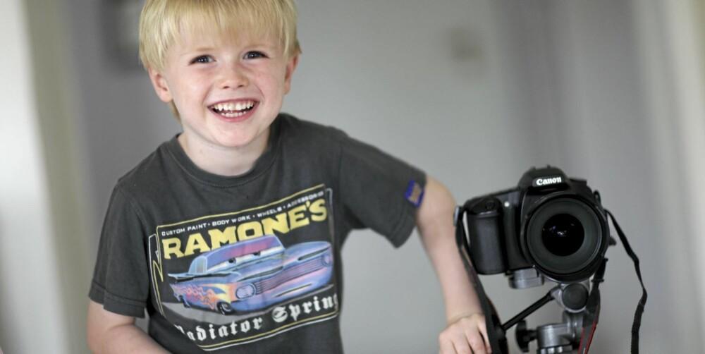 IVRIG FOTOGRAF: Ludvig har med seg kamera overalt og tar bilder fra et barneperspektiv. - Han tar bilder i helt andre situasjoner og vinkler enn oss, forteller mamma.