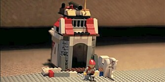 EN RIDDER TIL HEST: Ridderen er i full fart på hesten, og borgen blir sprengt i løpet av filmen. Se dramatikken i videoen øverst i artikkelen.