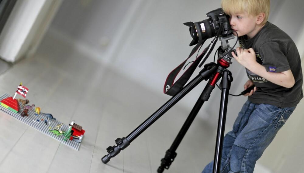 TIDLIG KRØKES: Ludvig på fem år er ivrig bak kameraet. Nå har han laget sin første animasjonsfilm, med lego. Han har tatt alle bildene selv.