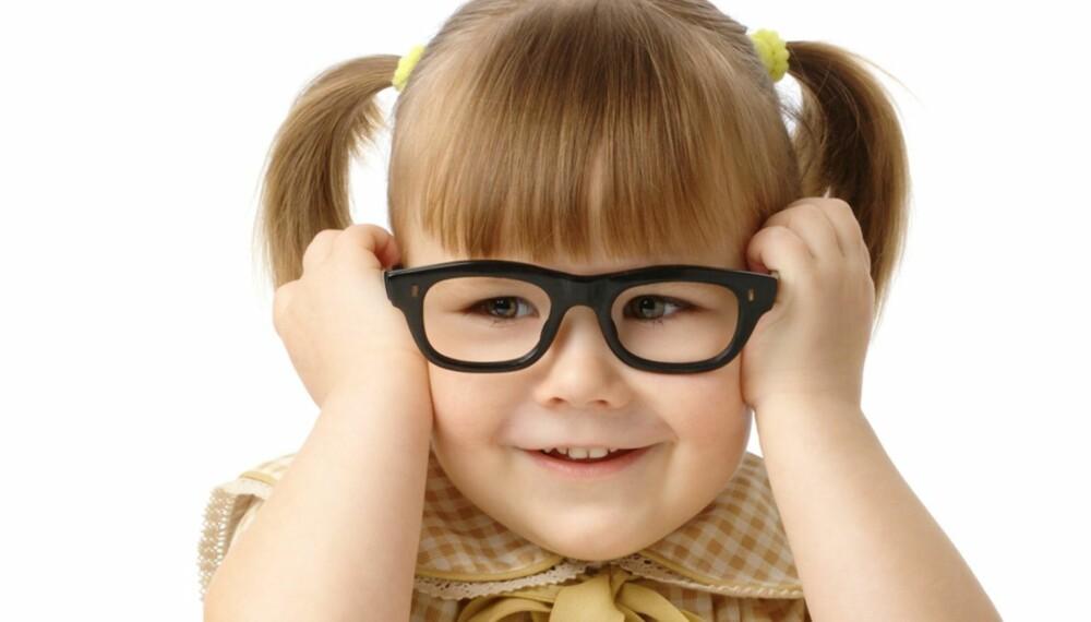 FLERE BARN BLIR NÆRSYNTE: Optiker Erik Robertstad opplever at det er en økning i antall nærsynte barn, og de blir stadig yngre.