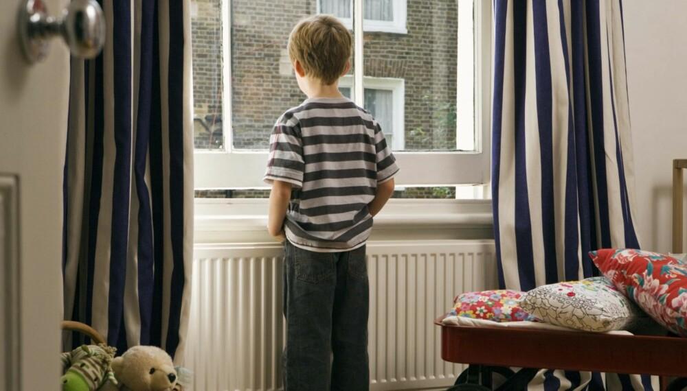ALENE HJEMME: Kan barnet være igjen hjemme mens du tar deg en tur på butikken? Sjekk hva ekspertene sier.