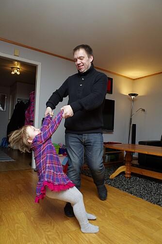 SNURRE RUNDT, FORT: Da Sarah-Sofie var 16 måneder, kunne hun verken krabbe eller gå. Nå danser hun rundt på gulvet med pappa.
