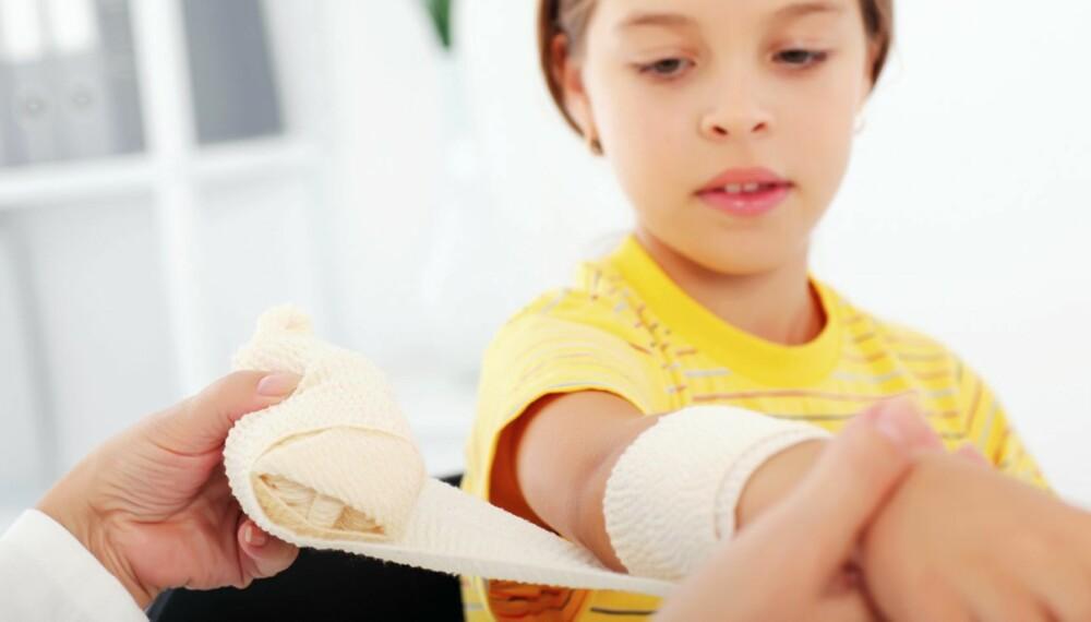 BLØDNINGER: De fleste blødninger stanser raskt hvis du trykker på dem med en kompress og holder såret høyt.