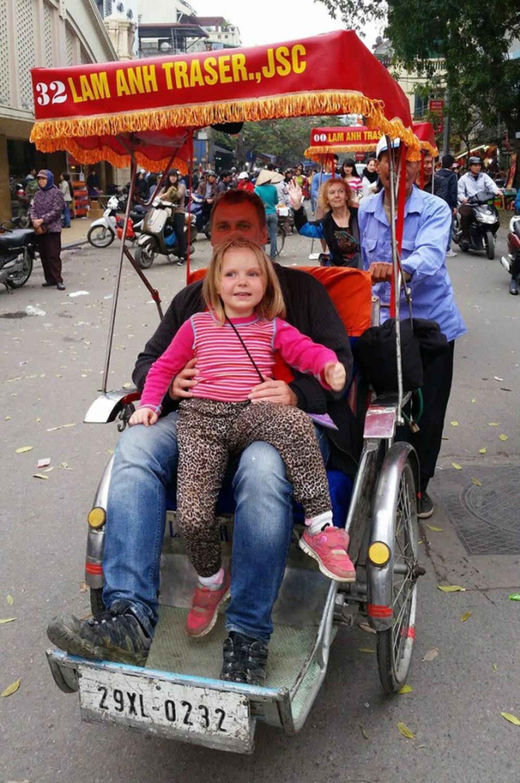 SYKKELDROSJE: I Vietnam fikk de endelig oppleve alt de hadde drømt om hjemme. Isabella på pappa Arvids fang i en sykkeldrosje.