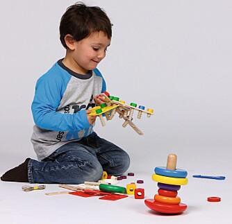 UNG KONSTRUKTØR: Hva kan jeg bygge av dette, lurer Bo (3) på. Konstruksjonslek fremmer finmotorikken.