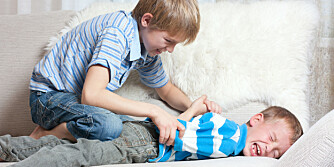 LEKESLÅSSING: Lekeslåssing er helt normalt, og ikke et tegn på aggressive barn.