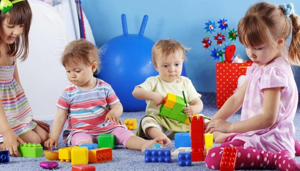 SOSIALE RELASJONER: Gjennom lek bygger barn sosiale relasjoner til andre barn. Og leken starter tidlig, allerede fra 12-14 måneders alder begynner barn å samarbeide om å bytte leker.