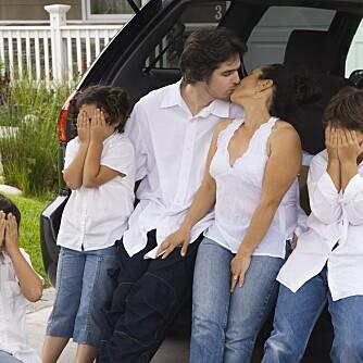 VÆR KJÆRESTER: Kyss så ungene ser det! Det hjelper, mener eksperten.