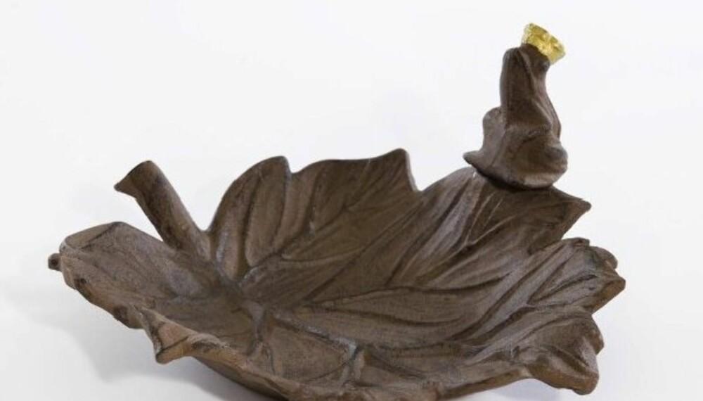 FROSKEN PASSER PÅ: Fuglebad av den mer dekorative typen.