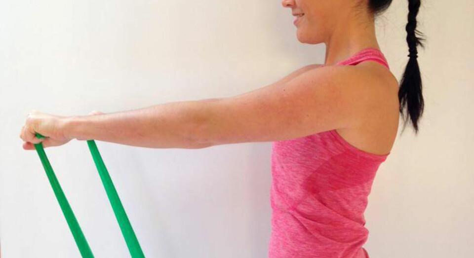 TREDJE ØVELSE: Stående aktivering av de dype tverrgående magemusklene med lett strikk.