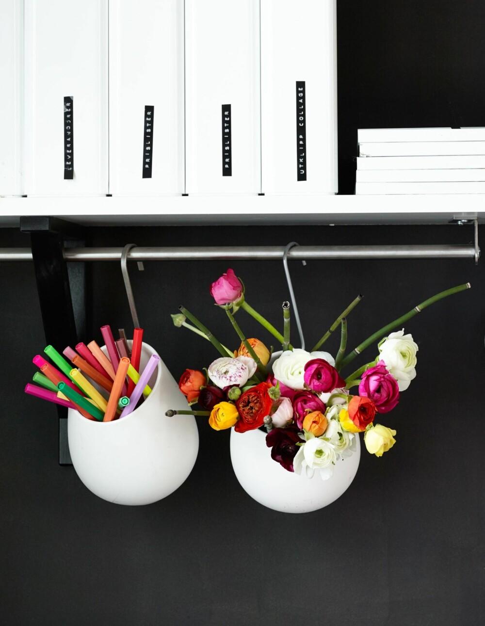 PYNT OPP HJEMMEKONTORET:  Fargelegg arbeidsdagen med blomster! Idé og styling: Juni Hjartholm/Steen & Aiesh for Bonytt.