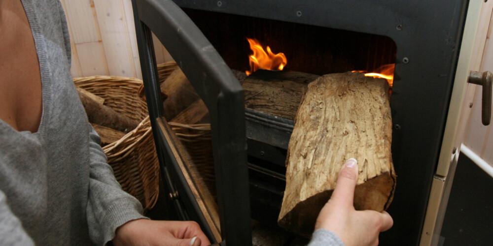 ØKONOMISK VEDFYRING: Det dreier seg i hovedsak om å få mest mulig varme ut av hver centimeter trevirke. Da spiller det en ganske stor rolle hva slags trevirke du fyrer med, og hvordan du bruker ovnen eller peisen din.