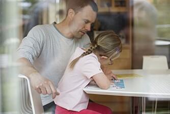 HJELP TIL LEKSER: Noen foretrekker å gjøre leksene hjemme i fred og ro, med foreldre tilstede.