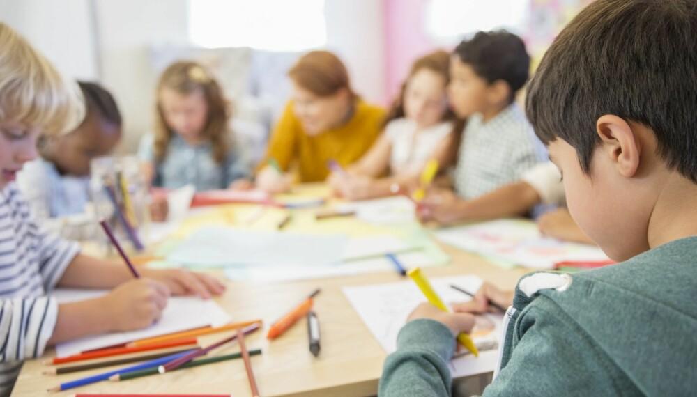 LEKSER PÅ SFO: Om leksehjelpen foregår i et rolig klasserom med mulighet for pedagogisk hjelp, er leksehjelp på skole/SFO et godt alternativ for å få leksene gjort i en hektisk hverdag.