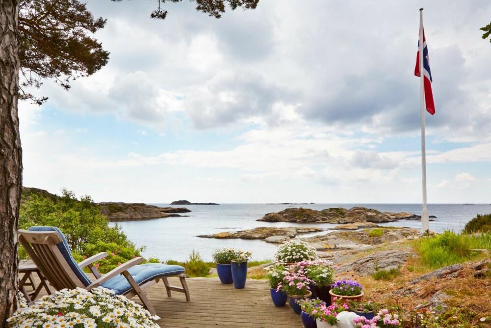 UT MOT HAVET: Livet på hytta gir rom for avslappende dager. På terrassen kan hytteeierne hvile øynene på horisonten.