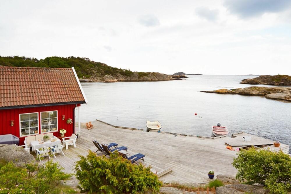 PÅ BRYGGEKANTEN: Det røde båthuset, eller kombibygget som Søgne kommune har definert det som, ligger idyllisk til helt nede ved vannkanten.