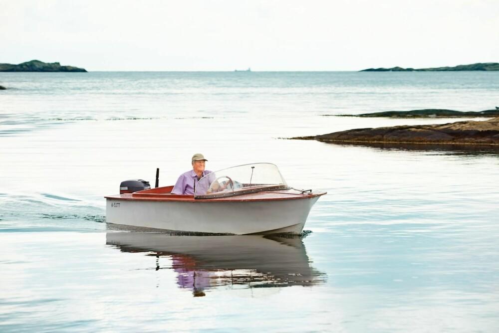 UT PÅ TUR: Per Jahn tar gjerne en kjøretur rundt i skjærgården med båten Speedy. Søsteren hans Eva Marit Jørgensen fikk den i gave av faren da hun var 14 år. Han håpet at det gjorde sitt til at hun ble med på hytta og ikke ble igjen i byen. Det lyktes han med.